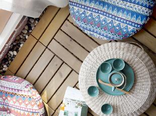将自然明媚的春夏气息弥漫开来。坐在这里,喝上一壶茶,看一小会书,还有一整面的白色落地窗可以随时看到外面的风景。,阳台,原木色,地台,