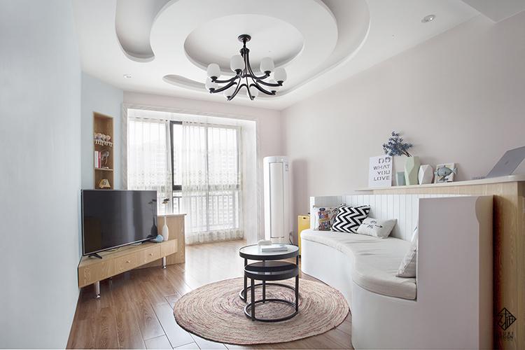 客厅依然延续圆弧的处理方式,巧妙的利用半高家具隔断增加空间通透性.