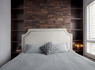 床头的碳化板与两侧对称的储物柜一气呵成,掏出来的背面就是走廊里的书柜。当初的设计效果,工人师傅一片片的挥泪铺贴,加上屋主的一再坚持,最终完成让大家都很欣慰。值得一说的是,这种碳化板除了长度统一以外,厚度跟宽窄都是随机的,喜欢的小伙伴要打出一百分的精神,注意平时的擦拭搭理,或者给自己家的保姆加点工资。两侧的书柜在离床板最近这一层,注意好预留的高度,不能一味均分,不然常规的台灯高度是没办法放进去的。,卧室,白色,原木色,卧室,白色,原木色,