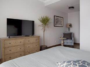 卧室的中央排风口是个难点,当初选择的是金立最薄的那款机器,吊下来25公分,预留风口位置再低于石膏线下段,冷媒管伸进来的部分干脆都用吊顶包起来,所以一定要注意与实际电器尺寸的配合。,卧室,白色,原木色,卧室,白色,原木色,