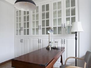 铜质的小台灯,碗罩状的工业吊灯,文艺简约的黑胡桃书桌是属于男主人独立的小天地,也是他每一天所待的最长时间的区域。,书房,白色,原木色,书房,白色,原木色,