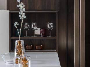 冰箱外移后原位添加了一个吧台,即增加收纳又提升生活的乐趣,增加了客餐厨空间的互动链接,餐厅,吧台,