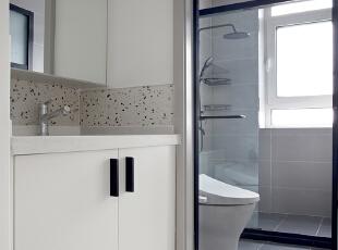 卫生间的门设计了折叠的形式,这样里面就不会因为门的开启而空间拥挤,配以浅灰色的瓷砖,文艺范儿十足。 ,卫生间,原木色,墙面,衣帽间,收纳,过道,卫生间,原木色,墙面,衣帽间,收纳,过道,