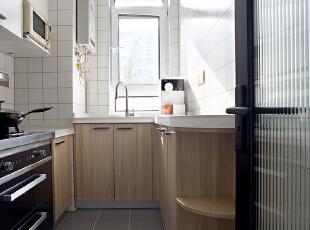 小白砖和木色橱柜经典元素搭配的空间,舒适耐看,干净整洁,再搭以长虹玻璃的点缀,烟火之地秒变时尚空间。 ,厨房,原木色,墙面,收纳,过道,厨房,原木色,墙面,收纳,过道,厨房,原木色,墙面,收纳,过道,