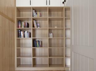 书架设计的与门洞齐高,视觉上也不会有压抑感,然后柜门通顶用来储物,没有一丝浪费的空间。 ,卧室,原木色,墙面,衣帽间,收纳,过道,卧室,原木色,墙面,衣帽间,收纳,过道,