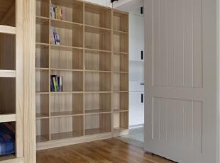 多功能房间的门采用了谷仓门,使用起来方便,不会影响到其他空间,需要注意的是谷仓门吊装的位置如果不是承重墙一定要做好加固,它比一般的推拉门重。 ,卧室,原木色,墙面,衣帽间,收纳,过道,卧室,原木色,墙面,衣帽间,收纳,过道,