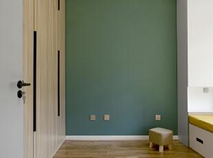 同样的C位同样还是缺一个书桌,还在纠结中,墨绿色的背景墙和木色的大衣柜代表着颜值和收纳二者兼得。 ,儿童房,原木色,地台,墙面,衣帽间,收纳,过道,工作台,儿童房,原木色,地台,墙面,衣帽间,收纳,过道,工作台,
