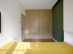 黄色和墨绿的搭配,以往小空间有的沉闷感一扫而光,有的只剩活力四射,好的空间可以影响人的行为和心情。 有木有注意到屋里基本上是无主灯设计,以点光源照明为主,可以根据自己的喜好调整照明度。,儿童房,原木色,地台,墙面,衣帽间,收纳,过道,工作台,儿童房,原木色,地台,墙面,衣帽间,收纳,过道,工作台,