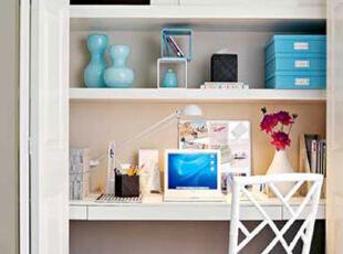关上门时,白色的门与墙面融为一体,路过你也只会发现这是一面墙,就算你发现不同之处,你会联想到这是书房吗?只有打开折叠的们才会发现别有洞天,三个层架长宽足够,电脑、笔、书本、储物柜应有尽有,搬来一把椅子开始工作学习。,现代主义,书房,