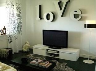 小户型的客厅打造,更不需要过多的摆设,宜家的北欧风格最是合适。线条简单的家具,让整个客厅空间都是简约大方的。灯光下的空间,更是温馨。,