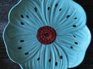 绽放的花朵。蓝色的手绘花盘/盘子,盘碟,