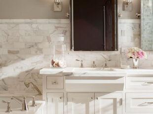 纯白色卫生间,干净明亮。,卫生间,白色,墙面,