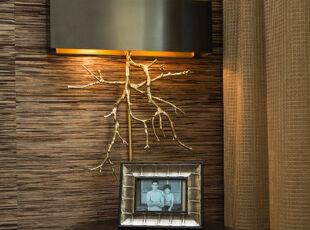 超有创意的灯具,背靠原木条纹墙面,特意选取一个枯枝重生造型的灯具,含义耐人寻味。,灯具,现代,原木色,