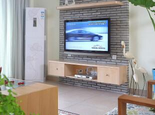 电视机背靠砖墙装饰的墙面,与众不同。,墙面,简约,黄色,原木色,黑白,