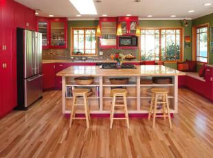 """红、绿、黄,色彩如此丰富,这样的厨房犹如一道湘菜让人""""食指大动""""。,厨房,现代,红色,原木色,绿色,灯具,墙面,吧台,"""