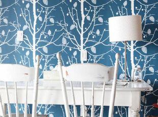 纯白的餐厅配着白桦林的墙面装饰,显得十分静雅。,餐厅,餐台,灯具,墙面,现代,白色,蓝色,