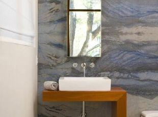 担心在浴室里的壁纸可能会被湿气剥落?那么可以考虑使用一块具有风景式图案的石块来代替。奥罗拉石英石是一种来自巴西的蓝色石英兰品种,是一个很好的选择,绝对坚不可摧哦~,折中主义,卧室,
