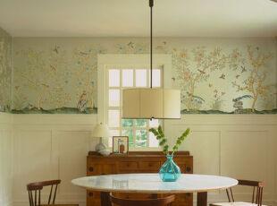 这幅图中的设计也是将传统中国风格的壁纸和现代化的餐厅结合在一起了。它们之间的对比搭配让这片空间有一种不属于任何时空的感觉,当然也就不那么容易过时了~,折中主义,餐厅,