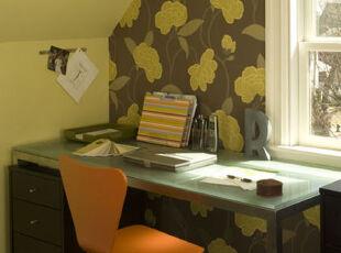 靠窗放一张小桌子,一个简约的工作间就搭设完毕了。,工作台,墙面,黄色,红色,