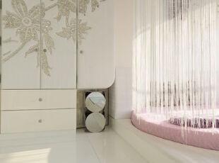 踏上阶梯,掀开珠帘,公主甜美安静的睡颜就在面前。,卧室,现代,白色,粉色,收纳,
