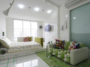 地台将床所占的空间节省了下来,让空间更开阔。绿色的沙发非常有爱。,卧室,现代,简约,白色,绿色,春色,地台,
