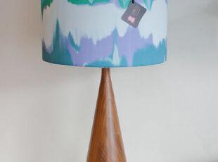 这个灯具将声波线幻化为各种色彩,组成一个很有特色的灯罩。,灯具,蓝色,白色,原木色,