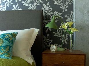 黄花配绿树,看上去枝繁叶茂的墙面都展示了这个田园式卧室的风采。,卧室,田园,灯具,绿色,墙面,原木色,黑白,