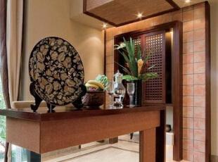在过道处放置这么一处古香古色的桌子,底部腾空更显典雅。,过道,原木色,新古典,