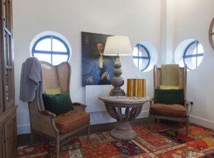 圆形窗户和色彩斑斓的地毯都具有强烈的民族特色。,书房,白色,红色,灯具,