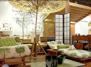 东京的摩天大楼,现代时尚的空间设计让人眼花缭乱,高科技产品也非常发达,而吃的、住的、用的却保持得非常传统,尤其是京都,极少有高层建筑,绝大部分是低矮的传统民居,居住空间内部是榻榻米,席地而坐、睡,保留了非常传统的生活方式。,日式,两居,简约,清新,木质,客厅,