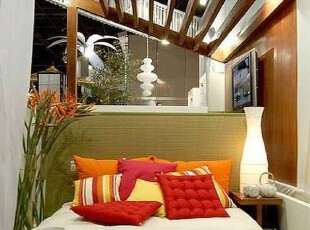 后现代著名的建筑师汉斯·霍莱因曾搞过不少建筑设计和室内设计,突破了传统的框子,与现代主义建筑设计迥然不同。多采用象征、隐喻手法,运用现代工艺材料与图案、色彩相结合,来创造一种纯净化的特定理想环境。,色彩,日式,两居,简约,卧室,