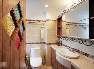 浴室里洗手台上方的这一收纳柜是一大亮点。维拉式的柜门具有双重功能,既可以当做镜子,又可以起到遮挡柜内物品的作用。,浴室,地中海,储藏,柜门,