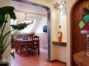 厨房和餐厅位于阁楼的比较畸零的区域里。,厨房,餐厅,地中海,玄关,