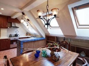 阁楼畸零的空间被充分利用起来,构造出了古朴浪漫的用餐环境。,餐厅,地中海,阁楼,
