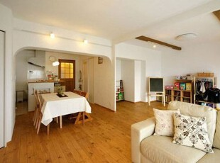 白色和木色是整体的色彩基调,这种颜色搭配自然简单,凸显了家的温馨。乳白色布艺沙发,再搭配布艺的靠枕,将舒适进行到底。靠枕上的深棕色,淡紫色,大小渐变的花色,增强了整体的立体感。木板搭造的收纳柜,不仅节约空间,而且物品整齐摆放,非常整洁。,客厅,简约,日式,温馨,