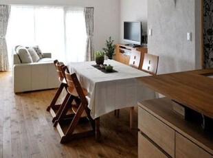 白色透明的薄质窗帘,增加了室内的吸光性,让更多的阳光照进来,温暖舒适。两侧的布艺带花的窗帘,与沙发上的靠枕相同的花色,淡雅的小花,使生活充满了生机。2把儿童椅子,造型独特,下宽上窄,而且还有脚踩的地方,对儿童来说,既安全,又实用。一块纯白色布艺桌布,干净整洁,与沙发,窗帘完美的搭配,自然清新。,客厅,简约,空间,