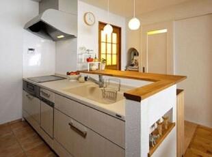 水池附近选择米色的色彩,与白色的墙壁搭配,格外干净整洁。水龙头边上的金属铁架,用于存放洗完的餐具,不仅可以淋干水分,而且不易摔碎餐具,非常实用。色彩各异的食材,增添了厨房的色彩,使下厨房不再单调无味。立体式分层的铁架用于存放各类调料,色彩艳丽,造型独特,更增加了厨房的新鲜气息。,厨房,日式,木质,收纳,