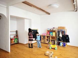 色彩鲜艳的儿童活动区,彰显了孩子童真的内心世界。木板打造的收纳柜,用于存放书籍,玩具等,不仅增强了收纳型,而且适合儿童的高度,非常实用。小的衣服架,挂放几件当前季节孩子的衣服,便于孩子自己取拿。宽敞的空间中放置一块小黑板,随手画上小动物,算几道数学题,将儿童的世界装饰的丰富多彩。,儿童,活动区,色彩,收纳,