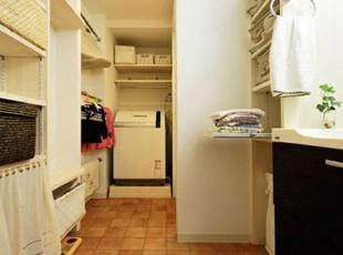 洗漱间的格局也非常的规整。黑色,白色,木色,3种颜色与房间整体装饰色彩协调统一。手工编织的竹筐,分层摆放在收藏隔断中,放置不同的物品,整齐统一。可拉伸的板架上放置浴巾,不仅整洁,而且方便。一块透明的帘子,不仅可以遮住靠近地面的灰尘,防止衣物变脏,而且可以遮住里面的物品,使外观更加干净整洁。一抹绿色的植物,更增加了洗漱间的色彩,清新艳丽。,洗漱间,木质,空间,收纳,