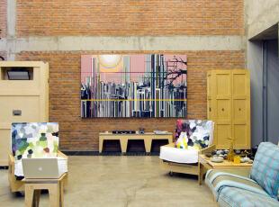 """一进门就能看到非常宏伟的客厅,墙面上非常醒目地挂着刘韡""""紫气""""系列的中的一幅。客厅中的家具都出自靖靖之手。,混搭,Loft,60-90平米,5万以下,"""