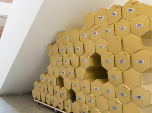 这些蜂巢一样的盒子就是靖靖的鞋柜了,靖靖说这是她箱子设计之外另一个系列蜂巢的设计,每个小蜂巢上都可以放鞋子的照片,这样想找什么样的鞋子一目了然啦,不仅实用,更有效利用了楼梯底下的空间。,混搭,Loft,60-90平米,5万以下,