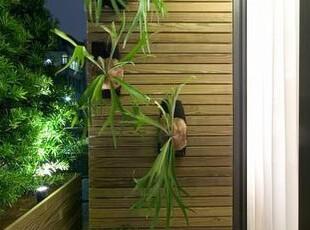 铺满南方松的阳台空间,点缀上吊挂植栽鹅卵石,加上灯光即使夜晚也能悠哉赏景。,绿色,阳台,悠闲,简约,