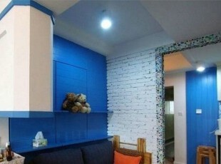现在看到客厅的里边,深蓝色的沙发,可以随便换沙发套哦,自己喜欢什么样的都行,地中海,浪漫,深蓝,