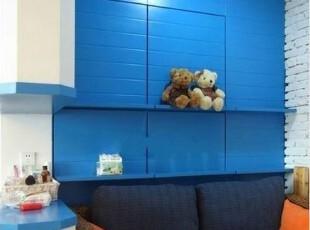 这里的整体柜是请人做的,中间的隔板是买的,虽然有点小贵,但是承重是绝对没有 问题的哦。买的原木色再刷成蓝色,真的很赞,地中海,浪漫,深蓝,客厅,
