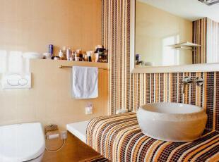 ,卫生间,现代,简约,小资,紫色,台上盆,水龙头,梳妆镜,防滑垫,毛巾架,搁板,马桶,地板,
