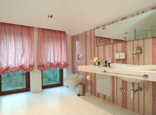 梦幻不仅仅可以是卧室,浴室也可以,粉色的法式窗帘和粉白相错的马赛克瓷砖墙面,梦幻到细处。,卫生间,浴室,粉色,窗帘,墙面,