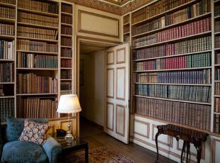 看欧式风格书架的摆设
