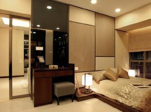 谁空间里有黄2014_在材料的运用上,本案主要采用了灰镜,泰柚和米黄色墙纸,力求打造空间