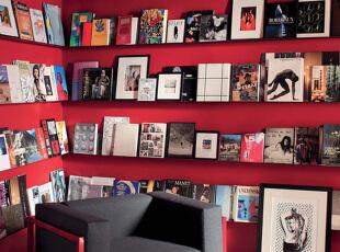 简约、现代风格装饰画的规则排布给房间带来几分文艺气息