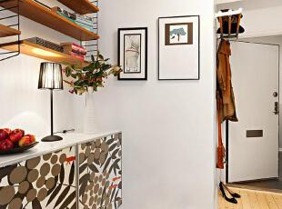 在白色空间里精心增加一些黑色线条——相片框、门框、台灯、收纳架,简单的设计瞬间变换出时尚小资的格调。,